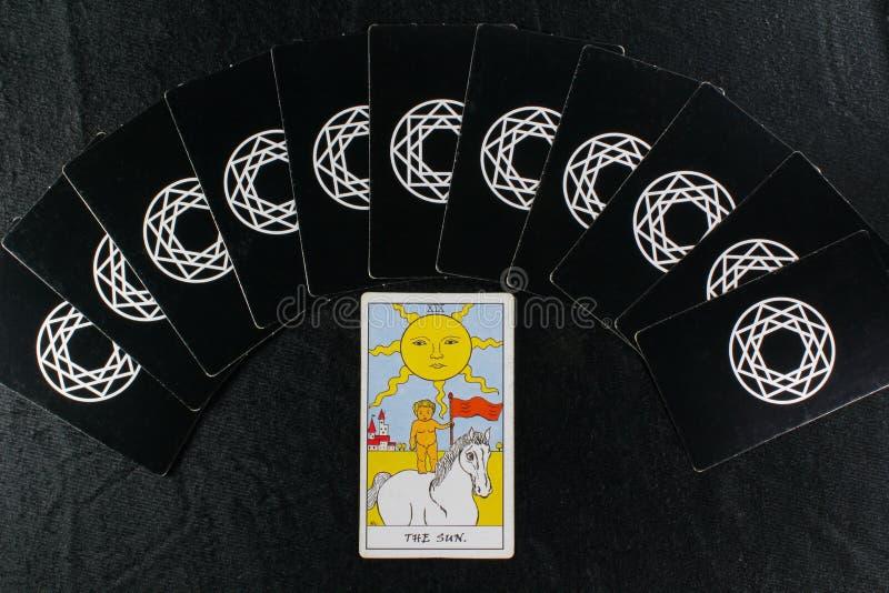 Cartões de Tarot & o sol fotografia de stock royalty free