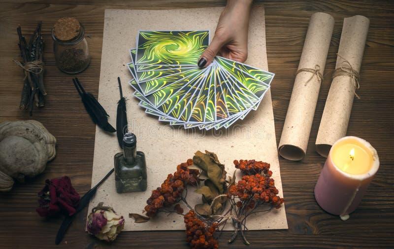 Cartões de Tarot Caixa de fortuna divination Doutor de bruxa fotografia de stock royalty free