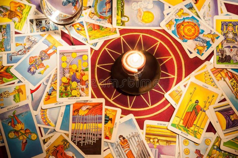 Cartões de Tarot com uma vela. imagem de stock royalty free