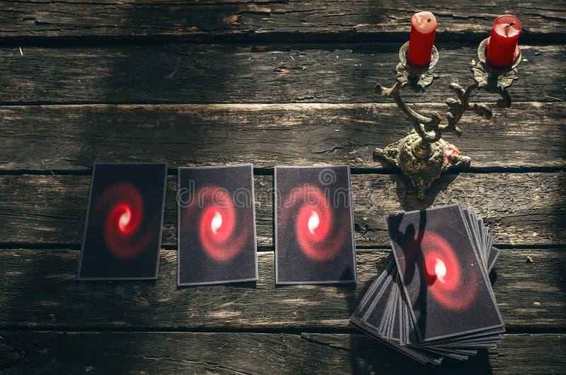 Cartões de Tarot Conceito futuro da leitura divination imagem de stock