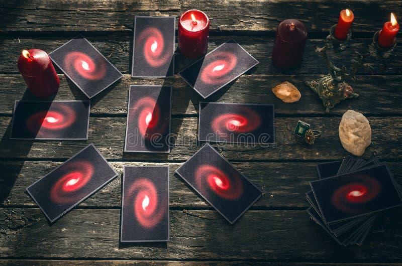 Cartões de Tarot Conceito futuro da leitura divination fotografia de stock