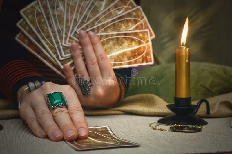 Cartões de Tarot Leitura futura Conceito do caixa de fortuna foto de stock