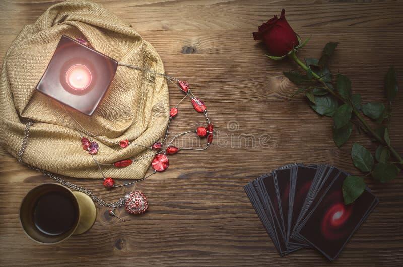 Cartões de Tarot Leitura futura Tabela da mesa do caixa de fortuna Adivinhação romântica fotografia de stock