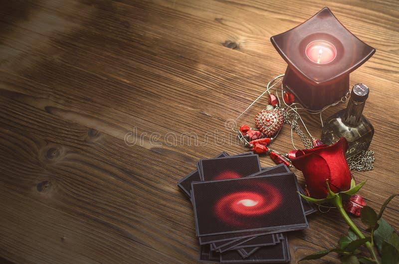 Cartões de Tarot Leitura futura Tabela da mesa do caixa de fortuna Adivinhação romântica fotos de stock royalty free