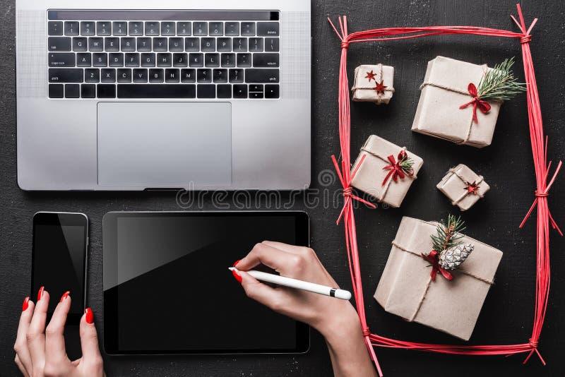 Cartões do cartão de Natal, artigos decorativos Presentes e espaço do Natal para um cartão com feriados de inverno fotografia de stock royalty free