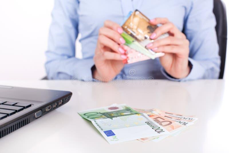 Cartões do dinheiro e de crédito do dinheiro fotografia de stock royalty free