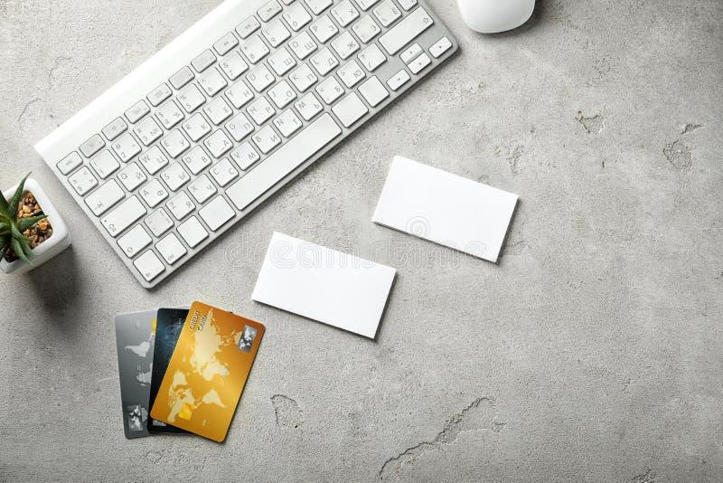 Cartões do negócio e de crédito com o teclado de computador no fundo claro fotos de stock