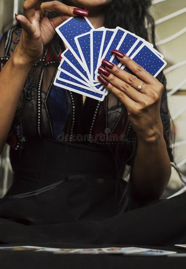 cartões do ofTarot da parte traseira à disposição com pregos vermelhos fotografia de stock