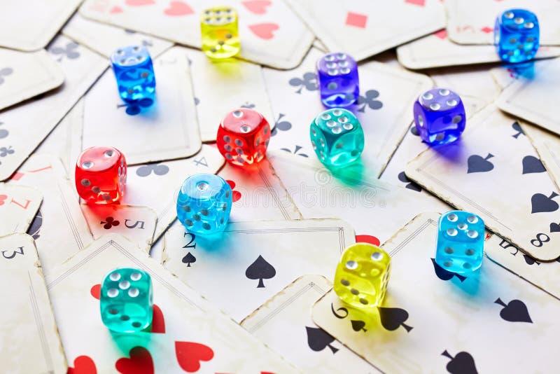 Cartões e dados de jogo imagens de stock royalty free