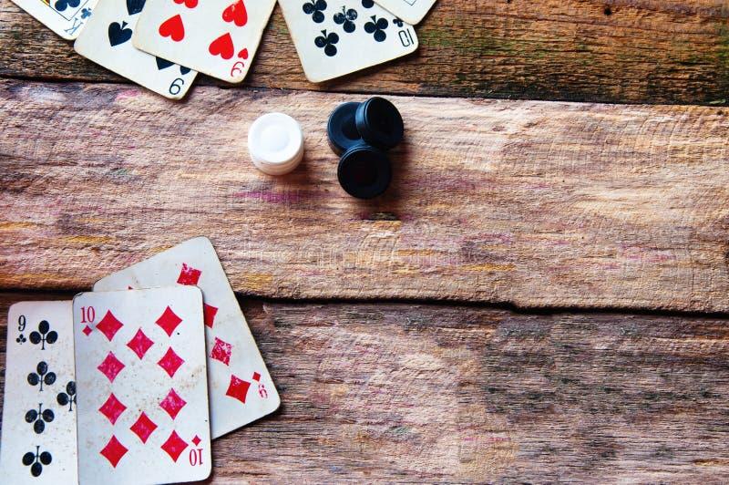 Cartões e microplaquetas no fundo de madeira velho fotografia de stock royalty free