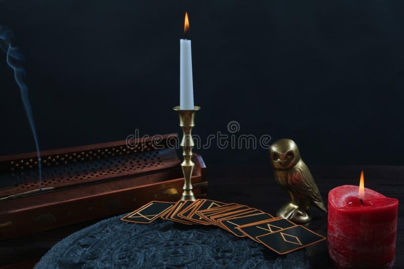 Cartões e velas das runas no fundo preto foto de stock