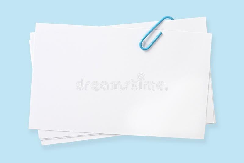Cartões em branco com Paperclip azul fotografia de stock royalty free