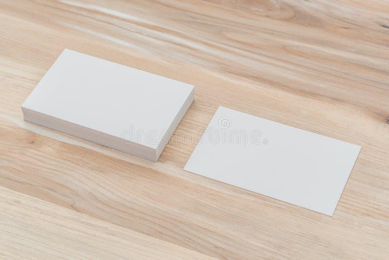 Cartões na tabela de madeira imagens de stock royalty free