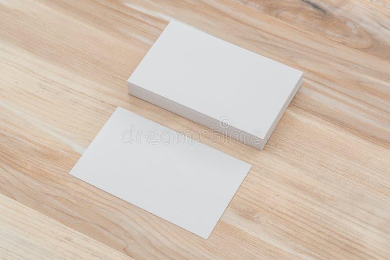 Cartões na tabela de madeira fotografia de stock