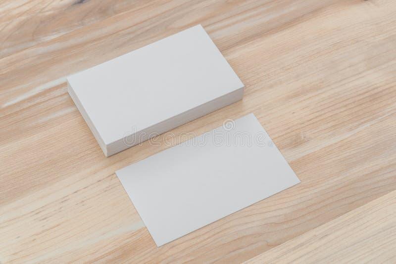 Cartões na tabela de madeira foto de stock royalty free