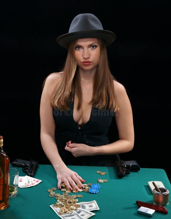 Cartões, o dinheiro, duas pistolas fotos de stock royalty free