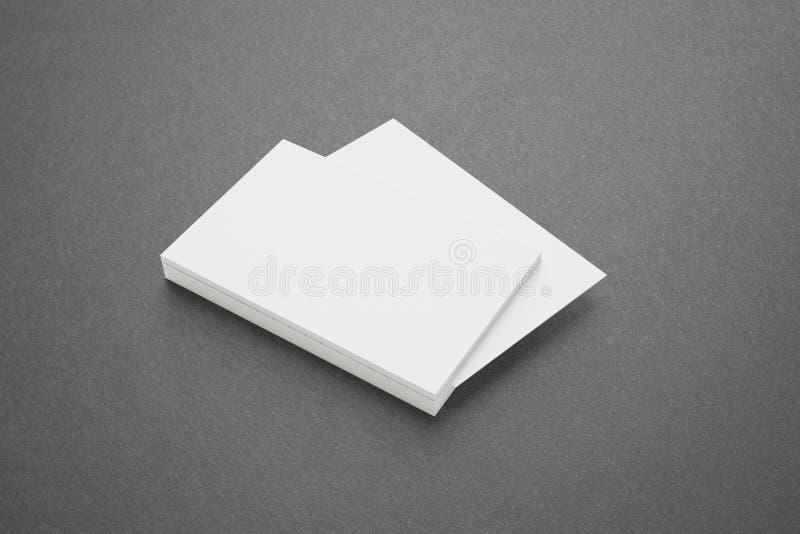 Cartões vazios no fundo escuro foto de stock royalty free