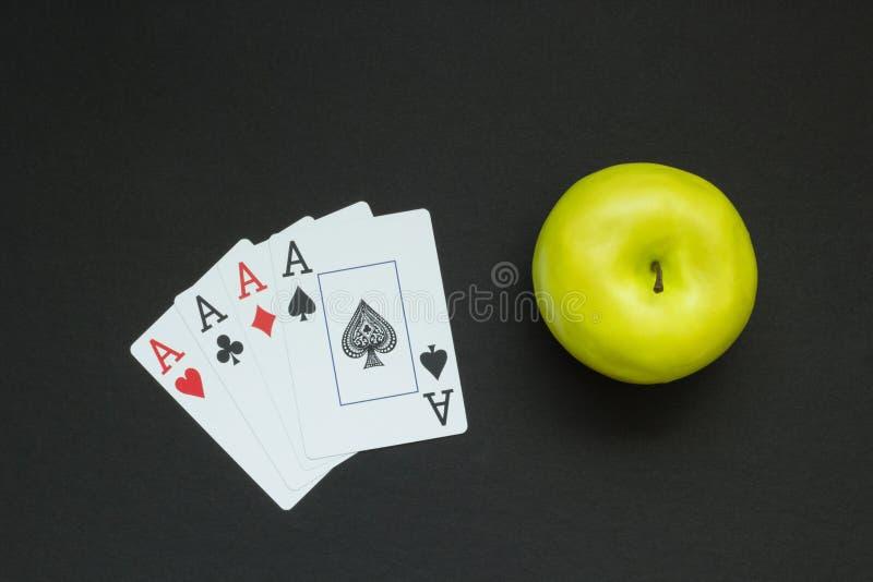 Cartões verdes da maçã e de jogo como um conceito do azart e da saúde imagens de stock