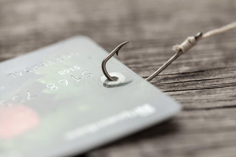 Cart?o de cr?dito no gancho de pesca Crédito com truque ou pagamentos escondidos Fraude em linha imagens de stock royalty free