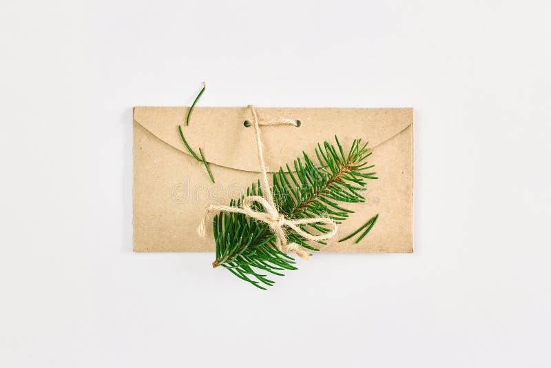 Cart?o do Natal e do ano novo Ramos do abeto no envelope feito a mão do cartão sobre o fundo branco foto de stock