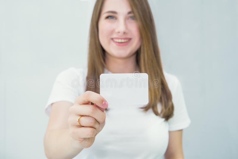 Cart?o do cart?o ou do presente Mulher caucasiano feliz e entusiasmado borrada na roupa ocasional que mostra o cartão de papel va fotografia de stock royalty free