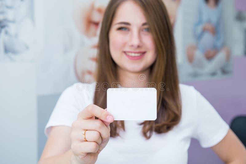 Cart?o do cart?o ou do presente Mulher caucasiano feliz e entusiasmado borrada na roupa ocasional que mostra o cartão de papel va foto de stock