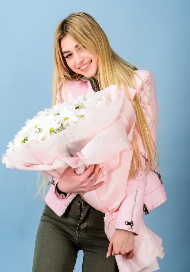 Cart?o do presente isolado no branco Presente do feliz aniversario marguerite Florista no florista Mulher bonita com o ramalhete  fotos de stock royalty free