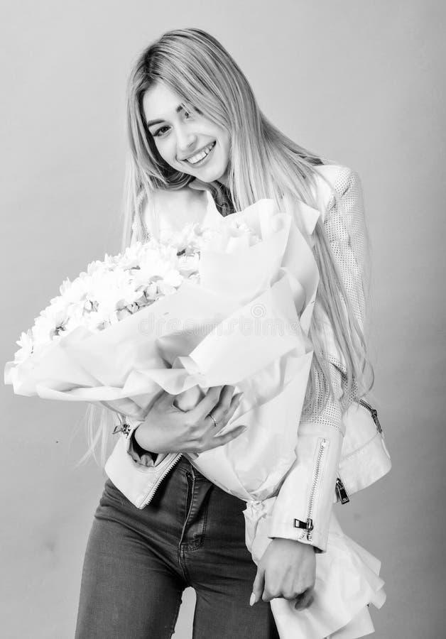 Cart?o do presente isolado no branco Presente do feliz aniversario marguerite Florista no florista Mulher bonita com o ramalhete  imagens de stock