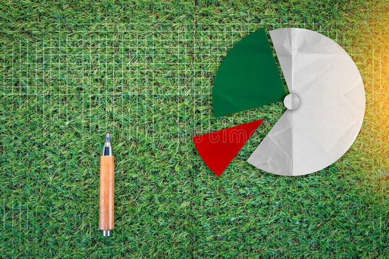 A carta afiada do lápis e de torta na grama verde texture o fundo imagem de stock