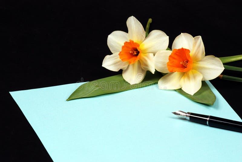 Carta azul con las flores imagenes de archivo