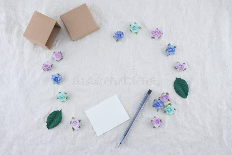 Carta in bianco bianca, penna e contenitore di regalo marrone immagini stock