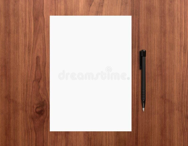 Carta in bianco con la penna sullo scrittorio fotografia stock