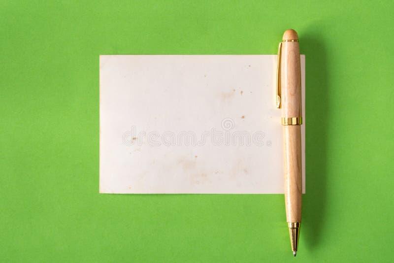 Carta in bianco con una penna fotografie stock libere da diritti