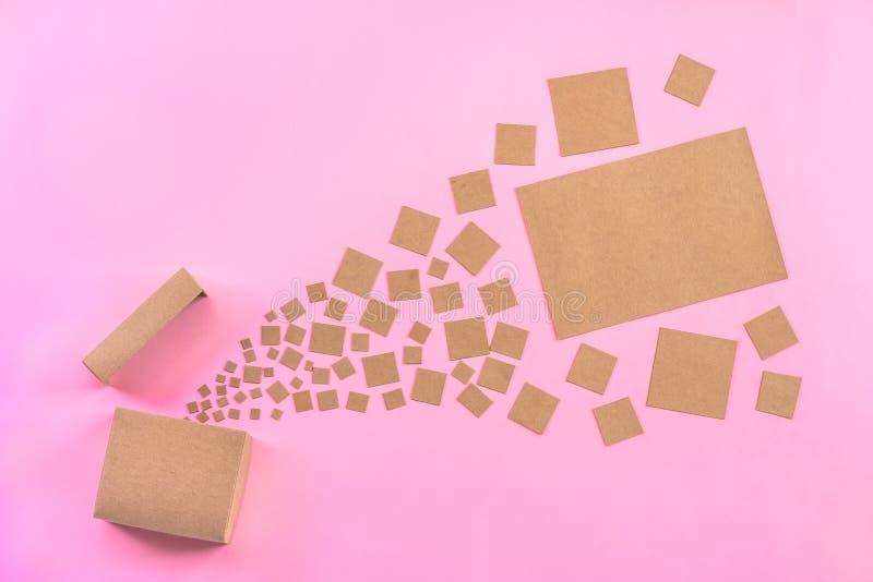 Carta in bianco del mestiere sparsa dalla scatola fotografie stock