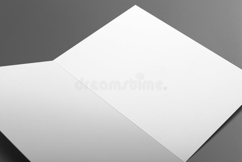 Carta in bianco dell'invito isolata su grey immagine stock libera da diritti