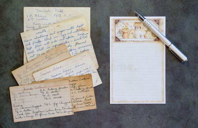 Carta in bianco di ricetta, penna, ricette d'annata fotografia stock