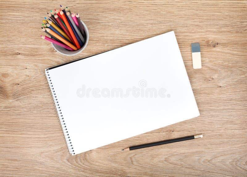 Carta in bianco e matite variopinte sulla tavola di legno fotografie stock libere da diritti