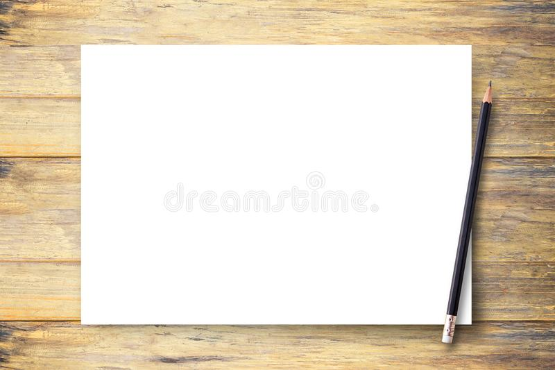 Carta in bianco o blocco note bianca con la matita sul BAC di legno marrone della tavola immagine stock