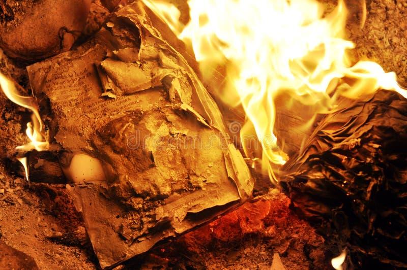 Carta bruciante immagine stock libera da diritti