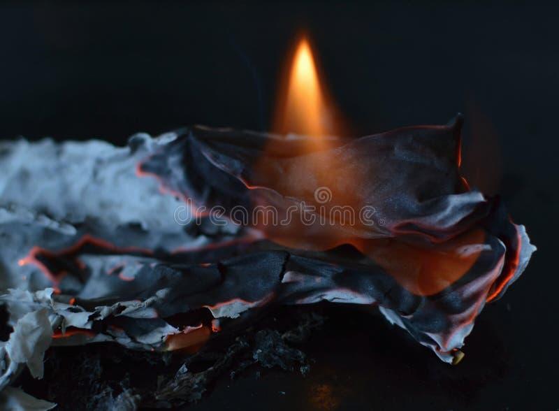 Carta bruciante fotografia stock libera da diritti