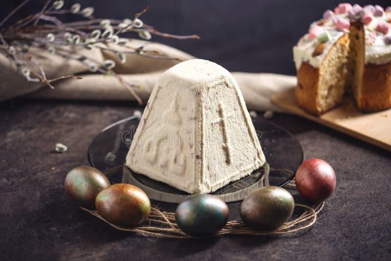 Carta con i dessert tradizionali e le uova variopinte nello stile rustico su un fondo scuro Pasqua felice fotografia stock libera da diritti
