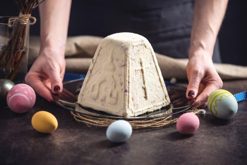 Carta con il dolce tradizionale e le uova variopinte nello stile rustico su un fondo scuro Pasqua felice immagini stock