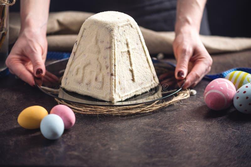 Carta con il dolce tradizionale e le uova variopinte nello stile rustico su un fondo scuro Pasqua felice fotografie stock libere da diritti