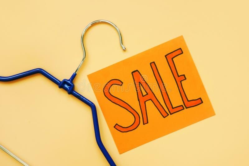 Carta con la vendita ed il gancio di parola Offerta speciale immagine stock libera da diritti
