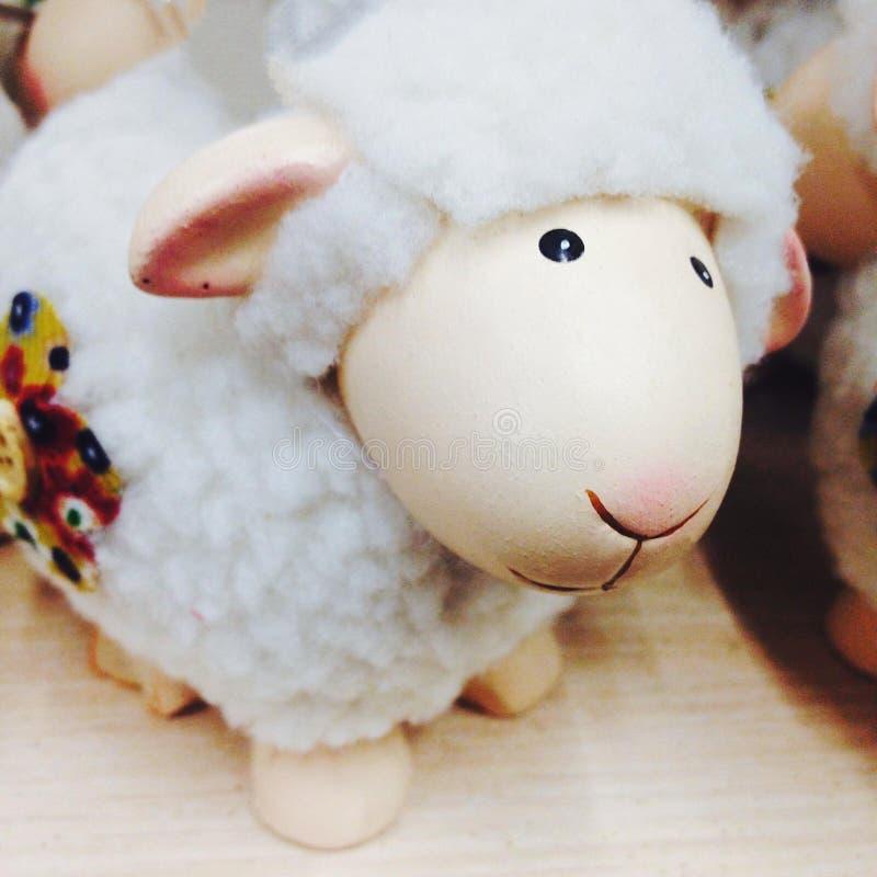 Carta con una pecora, decorazione del nuovo anno di natale fotografie stock libere da diritti