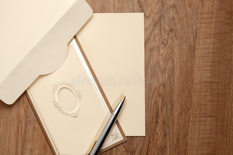 Carta d'annata con carta in bianco immagini stock