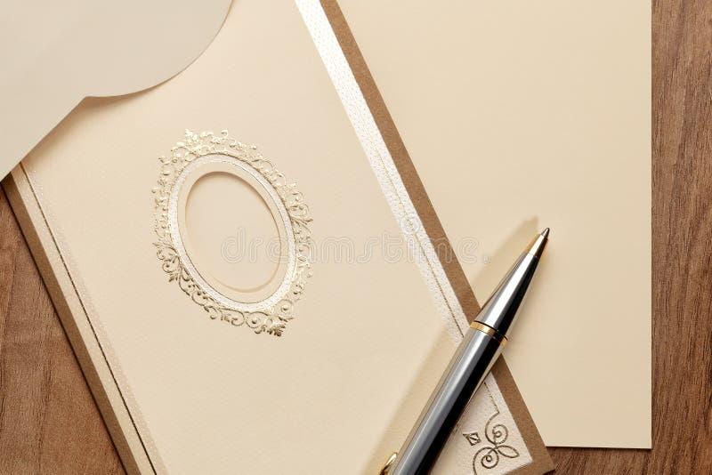 Carta d'annata con la penna fotografie stock libere da diritti