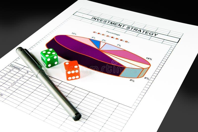 Carta da estratégia de investimento e jogo dos dados imagem de stock royalty free