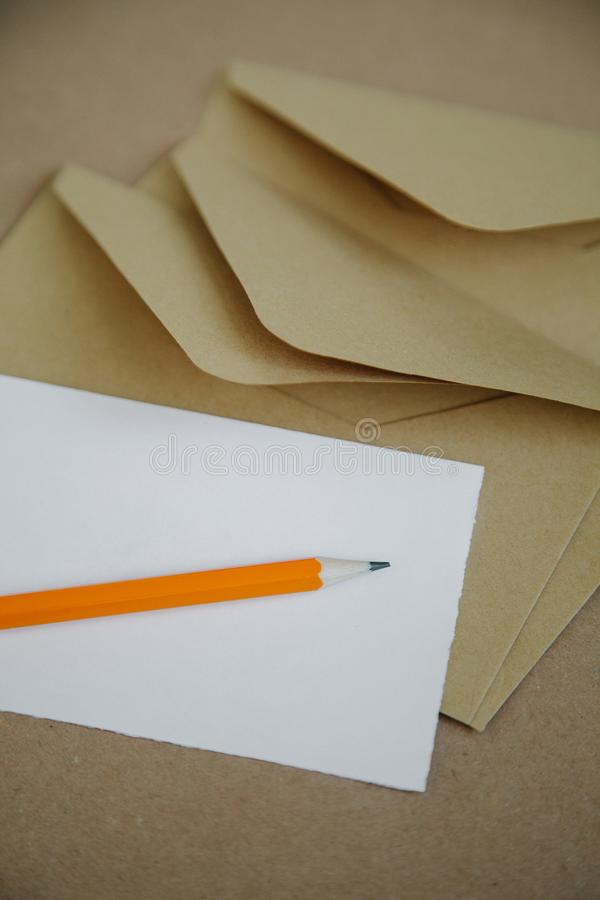Carta da lettere in bianco per una busta d'annata marrone fotografie stock libere da diritti
