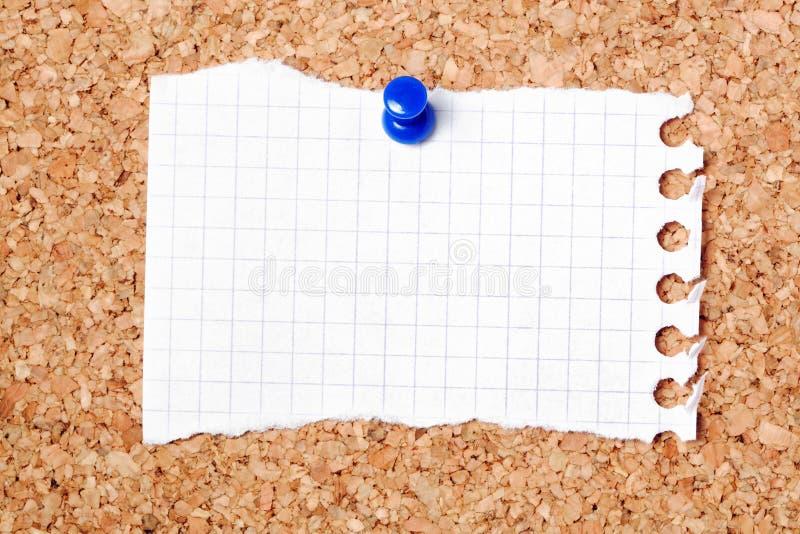 Carta da lettere sul noticeboard immagini stock